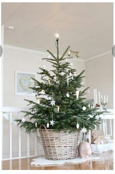 Minimalist décor is definitely the it-girl of decoration styles. Check out this list of trendy Minimalist Christmas Tree Décor Ideas for inspo. Minimalist Christmas Tree, Small Christmas Trees, Noel Christmas, Scandinavian Christmas, Little Christmas, Rustic Christmas, Winter Christmas, Christmas Crafts, Christmas Tree Basket