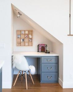 Built in desk tucked under the staircase. Built in desk tucked under the staircase in small kitchen. Office Under Stairs, Under Stairs Nook, Under Staircase Ideas, Table Design, Küchen Design, Top Of Cabinets, Office Nook, Desk Nook, Basement Stairs