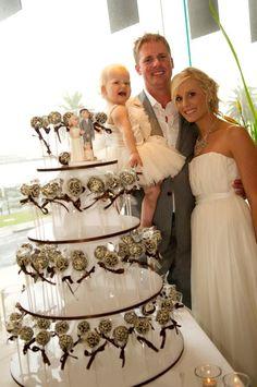Cake pops tower - so cute! Chocolate Wedding Favors, Edible Wedding Favors, Wedding Sweets, April Wedding, Our Wedding, Dream Wedding, Wedding Cake Pops, Wedding Cakes, Cake Pop Displays