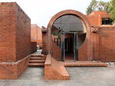 Carl Pruscha | Taragaon Hostel – The Taragaon Museum | Katmandú, Nepal | 1970 Brick Design, Facade Design, Exterior Design, House Design, Design Design, Architecture Cool, Brick Construction, Brick Facade, Amazing Buildings