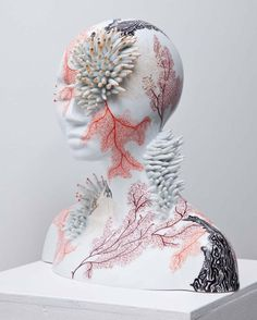 Contemporary ceramics made in Limoges porcelain and artworks made by the ceramist and artist Juliette Clovis. Contemporary Ceramics, Contemporary Art, Contemporary Sculpture, Motif Arabesque, Instalation Art, Arte Fashion, Sculptures Céramiques, Ceramic Sculptures, Paperclay