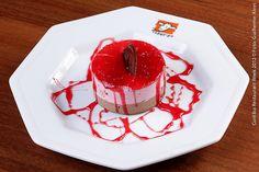 Dom Carneiro  Mousse de Frutas Vermelhas  Torta mousse de frutas vermelhas com calda de chocolate meio amargo