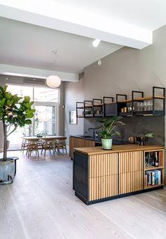 Anne-Marie Buemann bor i et byhus på tre etager med åbent stueplan. Her har køkkenet god plads – uden at signalere køkken. Hun har selv været med til at designe køkkenet, som mest af alt minder om et møbel, der uhindret glider ind i rummets øvrige funktioner.