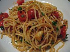 Valkosipulipastaa kahdella tapaa Vegan Pasta, Chili, Spaghetti, Ethnic Recipes, Food, Meal, Chile, Essen, Chilis