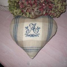 Gros coeur  carreaux lin brodé d'un a à la main en bleu. ouatine lie