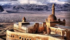 Ishak Pasha Palace (Turkish: İshak Paşa Sarayı) is a semi-ruined palace and administrative complex located in the Doğubeyazıt district of Ağrı province of eastern Turkey. Places To Travel, Places To See, Armenia, Ankara, Landscape Concept, Famous Places, Kirchen, Monument Valley, Taj Mahal