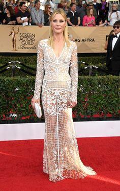 Julie Bowen usando um vestido todo trabalhado nas rendas e transparências e multiinformações no SAG Awards