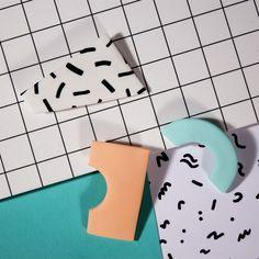 Tendance Néo-Memphis : des couleurs pop et un graphisme stylisé / Trio de broches via Goodmoods Wave Pattern, Abstract Pattern, Pattern Design, Form Design, 80s Design, Design Trends, Graphic Design, Retro Home, Modern Retro