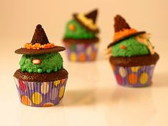 Wicked Witch Cupcakes : Turn your chocolate cupcakes into wicked witches by adding colored frosting, wafer cookies and candy eyeballs. Pasteles Halloween, Recetas Halloween, Halloween Desserts, Halloween Cupcakes, Halloween Treats, Halloween Party, Halloween Foods, Happy Halloween, Spooky Halloween