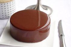 Je vous propose deux recettes de glaçage au chocolat. L'une au chocolat, noir ou lait, et l'autre à base de cacao en poudre. Best Chocolate Cake, Chocolate Art, Cacao Powder Benefits, Chocolate Mirror Glaze, Mirror Glaze Cake, Ganache, Bread Cake, Mousse Cake, Eclairs