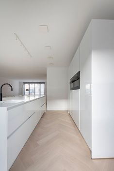 Küchen Design, Floor Design, House Design, Black And White Hallway, Herringbone Wood Floor, Appartement Design, Barn Renovation, Modern Kitchen Interiors, Home Kitchens