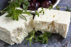 Feta fatta in casa: la ricetta di un formaggio greco perfetto per tante ricette estive sane e gustose