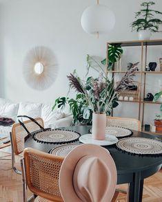 """Wnętrzności - wnętrza i życie na Instagramie: """"Ważne komunikaty na dzisiaj: - dzisiaj Dzień Kundelka - dzisiaj Dzień Makaronu - dzisiaj piątek - korzystajcie z weekendu! Koniec…"""" Table Decorations, Furniture, Instagram, Home Decor, Decoration Home, Room Decor, Home Furnishings, Home Interior Design, Dinner Table Decorations"""