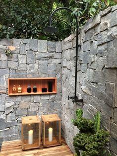 Todo verão costumo postar sobre duchas ao ar livre, talvez até repita algumas imagens, mas são boas inspirações se está pensando em instala...
