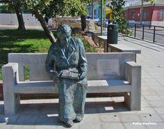 Estatua de Gabriela Mistral en la Plaza de los Poetas del Cerro Bellavista, Valparaíso,. Chile