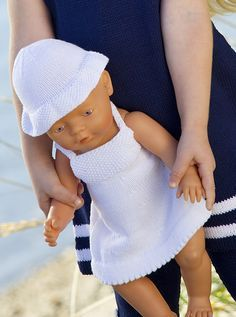Mon ikke lillepigen bliver glad, hvis du strikker en dukkekjole med tilhørende hat til hendes yndlingsdukke? Knitting Dolls Clothes, Knitted Dolls, Doll Clothes Patterns, Doll Patterns, Free Knitting, Baby Knitting, Girl Dolls, Baby Dolls, Baby Born Clothes