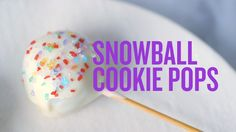 How to Make No-Bake Snowball Cookie Pops - Kitchen Decor and Ideas - Cook Cake Cookie Pops, Pops Kitchen, Kitchen Decor, Snowball Cookies, Cooking With Kids, Dessert Recipes, Desserts, Food Hacks, Cookie Decorating