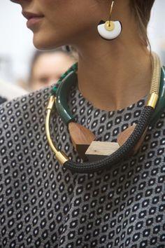 Confira dicas de como usar colares em seus looks invernais.