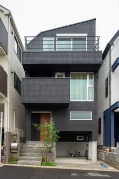 ガレージの上部に広い収納スペースを確保。耐久性の高い黒いALC外壁のシックな外観この写真「外観」はfeve casa の参加工務店「榎俊二/株式会社明治ホームズ」により登録された住宅デザインです。「SE構法・3階建のIW様邸」写真です。「三階建住宅 」カテゴリーに投稿されています。 Japan Architecture, Architecture Design, Home Building Design, Building A House, Townhouse Designs, Narrow House, Box Houses, House Landscape, Small House Design