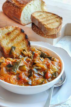 La #zuppa di #zucchine #uova e #pomodori è un #secondo piatto #light perfetto per chi è a #dieta! La combinazione di questi #ortaggi e la stracciatella di uova è perfetta! #ricettelight