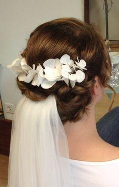 Brautfrisur mit Schleier & echten Hortensien