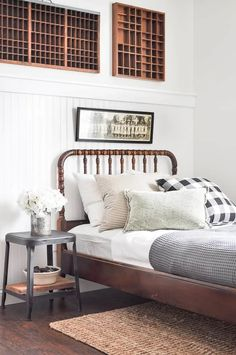 Tour this BEAUTIFUL neutral vintage guest bedroom full of the best antique finds. Tour this BEAUTIFUL neutral vintage guest bedroom full of the best antique finds and pretty colors! Farmhouse Bedroom Furniture, Vintage Bedroom Furniture, Farmhouse Style Bedrooms, Bedroom Furniture Design, Shabby Chic Bedrooms, Bedroom Vintage, Guest Bedrooms, Bedroom Sets, Home Bedroom