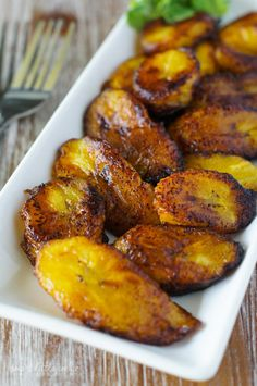 Fried Sweet Plantain Slices (Plátanos Maduros Fritos) Fried Sweet Plantain Slices (Platanos Maduros Fritos) ~ Scrumptious sweet, ripe plantains fried to perfection. Simple and easy, this is the best appetizer or side dish for any meal. Mexican Food Recipes, Vegetarian Recipes, Dinner Recipes, Cooking Recipes, Healthy Recipes, Haitian Food Recipes, Dessert Recipes, Jamaican Dishes, Jamaican Recipes