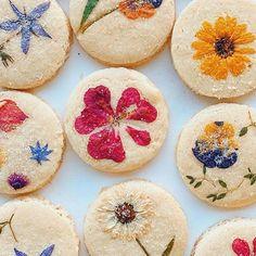 Baker Handpicks Edible Flowers to Create Beautiful Bouquets on Shortbread Cookies Edible Flowers Cake, Edible Bouquets, Japanese Bakery, Pie Crust Designs, Matcha Cookies, Bread Art, Food Artists, Cupcakes, Cookie Swap