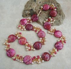 Pearl Necklace Designs, Beaded Jewelry Designs, Jewelry Design Earrings, Gold Jewellery Design, Bead Jewellery, Jewelry Patterns, Jewelry Necklaces, Ruby Jewelry, Gold Jewelry