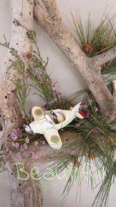 Μπομπονιέρα Βάπτισης. Μπομπονιέρα βάπτισης αγόρι, αεροπλάνο vintage. Snowman, Disney Characters, Fictional Characters, Vintage, Art, Art Background, Kunst, Snowmen, Vintage Comics