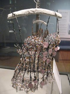 Corset of flowers: Diana Dias-Leão's glass dresses at the Walker Art Gallery. Not really wearable, but still impressive. Fashion Art, Fashion Show, Fashion Design, Fashion Forms, Fashion Spring, Vestidos Color Blanco, Costume Original, Robes Glamour, A Level Textiles
