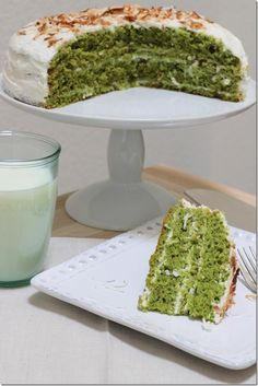 Tasty ~ Pistachio Cake with Greek Yogurt Coconut Icing ~ Enjoy! Just Desserts, Delicious Desserts, Yummy Food, Cupcakes, Cupcake Cakes, Gelato, Coconut Icing, Coconut Yogurt, Greek Yoghurt