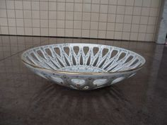 antiga fruteira em porcelana schmidt vazada, pintada a mão