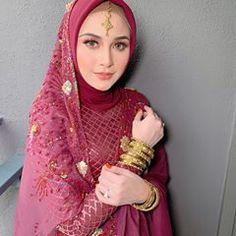 Image may contain: 1 person Muslim Fashion, Hijab Fashion, Bollywood Wedding, Exotic Women, Beautiful Hijab, Kebaya, Wedding Makeup, Makeup Inspiration, Wedding Styles