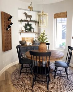 simple farmhouse dining room design ideas that looks cool page 2 Dining Room Wall Decor, Dining Room Design, Design Bedroom, Rustic Dining Rooms, Round Dining Room Tables, Small Dining Rooms, Farmhouse Round Dining Table, Black Round Dining Table, Round Wood Table