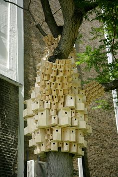 """Jo Joelson and Bruce Gilchrist, united under the name of London Fieldworks, built the """"Spontaneous City in the Tree of Heaven"""" located in London: a small town consisting of hundreds of birds arranged on tree houses, as a kind of towers. Terra Verde, Birdhouse In Your Soul, City Gallery, Bird Boxes, In The Tree, Bird Feathers, Beautiful Birds, Home Art, Street Art"""