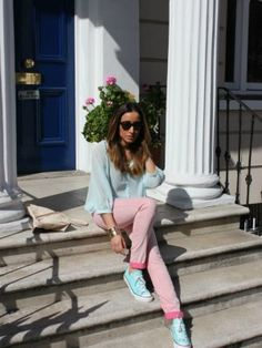 Un outfits perfecto para hacer deporte: Pantalón deportivo, camiseta ancha y converses<3 Blue Converse Outfit, Outfits With Converse, Converse Sneakers, Outfit Invierno, Zara, Cool Things To Buy, Stuff To Buy, Pink, Peach