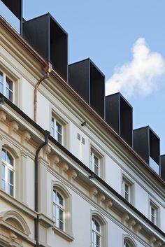 2013 wich das provisorische Satteldach einem Mansardendach mit Gauben. © Höfler & Stoll Architekten