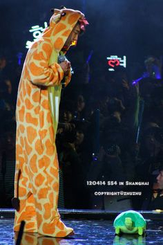 120414 - SS4 Shanghai; Donghae; Ddangkoma plushie; [zhuzhu] /too adorable to ignore/ ;___;