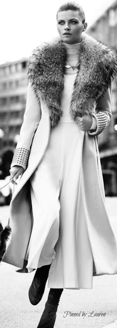 Stunningly stylish ~ Cortigiana re. Mario Sierra