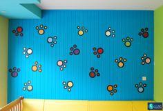 Muurschildering van pootjes in diverse kleuren