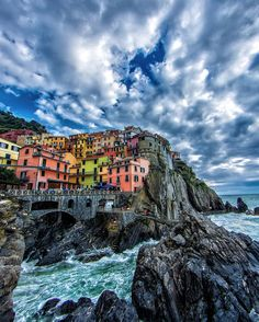 """Claudio Bezerra - 🇧🇷🇺🇸 on Instagram: """"Around the world with me - Manarola - Cinque Terre - Italy * ********* 🏡🇮🇹✨Breathtaking Cloudscape & Colorful houses at Heavenly Cinque Terre. One of the most spectacular places I've been in my life. Tag who you'd visit this place with * ********** Please, check out my friends' feeds that I've tagged , you won't regret it 🇮🇹 😍✨"""""""