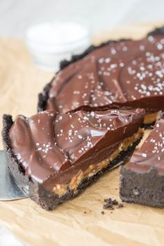 EASY no-bake Salted Caramel Pecan Chocolate Pie - an oreo crust with salted caramel, pecans, chocolate ganache, and sea salt!