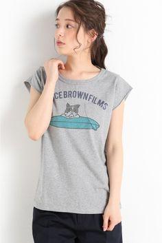 BBF SURF DOG F/S Tシャツ  BBF SURF DOG F/S Tシャツ 3888 simplicteBRUCE BROWN FILMSコラボアイテム ヴィンテージ風のプリントが大人っぽく着て頂けるTシャツ 袖はフレンチスリーブでカジュアルな中にも女性らしさを感じさせます リラックス感のあるシルエットがこれからの季節にぴったりの1着です BRUCE BROWN FILMS 約60年前にブルースブラウンフィルム映画製作会社が設立された ブラウンは親に見せる為にサーフィンを撮り始めた まだサーフィンが知られていない50年代の事だ サーフィンを撮り続けサーフィン映画という新しいジャンルを確立していく ブラウンの作品はライディングをつなげたただの記録映画ではなくストーリーがあり そしてユーモアがあった ライフスタイルドキュメンタリーが多く世に出る中 The Endless Summer(1964)On Any Sunday(1971) の作品がアカデミー賞を受賞 ブラウンのクラシカルなフィルムおよびライフスタイルは 未来の世代へ継がれ愛されることでしょう… Graphic Shirts, Surfing, T Shirts For Women, Animal, Boys, How To Wear, Shopping, Style, Fashion