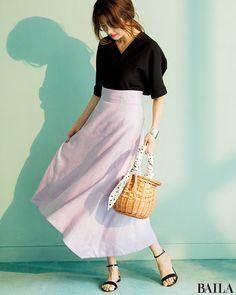 ブラウス×スカートの楽ちんスタイルは、休日にもってこい。今年らしいラベンダーピンクのスカートをはくならば、トップスはあえて締め色で大人っぽく仕上げて。足元もトップスと同じ色にすると、リンク感が出て上品なムードに。大ぶりシルバーバングルをつければ、涼しげ度がさらにUPします。 セッ・・・