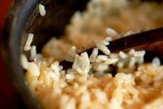 Cooking brown rice, or at least cooking it well, is tricky. Here is our technique for making light and fluffy brown rice. Brown Rice Porridge, Baked Brown Rice, Perfect Brown Rice, Black Rice, White Rice, Red Black, How To Make Brown, Snack Recipes, Healthy Recipes
