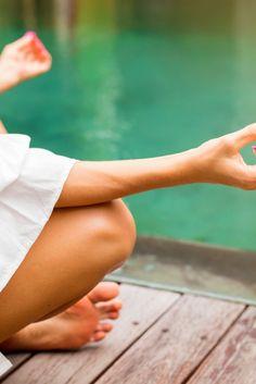 Deine Chakren - Reinigung, Stärkung und Schutz. Jedes der sieben Hauptchakren, steht für einen bestimmten Lebensbereich. Wenn alle Chakren einwandfrei und gleichmäßig arbeiten, fühlen wir uns gesund und zufrieden. Klicke auf den Pin und hole dir deine Meditation Holding Hands, Meditation, Chakras, Lenses, Health, Zen