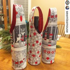 e love this cute wine carrier trio that made! 🍷 So festive! (Grab the free pattern on our website by searchin Wine Purse, Wine Tote Bag, Wine Gift Bags, Sewing Crafts, Sewing Projects, American Patchwork And Quilting, Patchwork Bags, Wine Carrier, Wine Bottle Covers