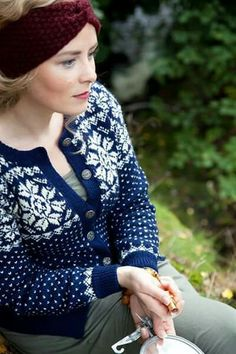 LOVE this deep blue sweater Fair Isle Knitting Patterns, Knitting Designs, Knitting Projects, Norwegian Knitting, Cardigan Design, How To Start Knitting, Knit Vest, Knit Fashion, Pullover