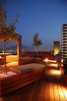 Terraza de madera con luminarias